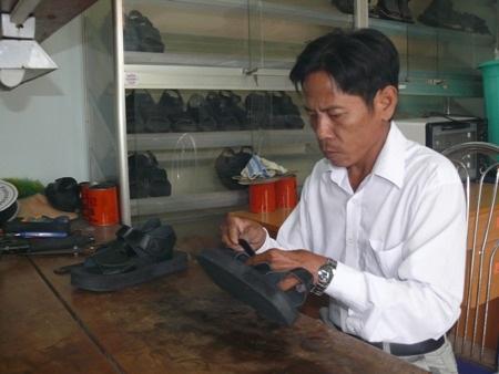 Kỹ thuật viên đang thao tác làm một đôi giày.