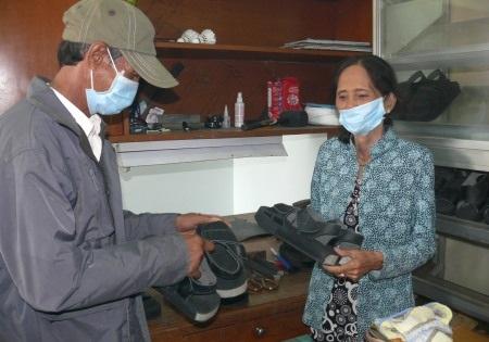 Nhiều bệnh nhân phong đã chủ động đến trung tâm để chọn và đặt làm đôi giầy phù hợp.