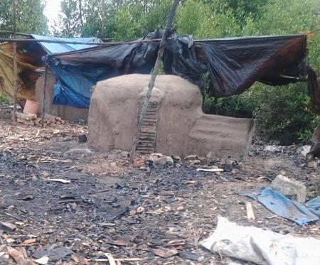 Một lò hầm than từ cây đước của người dân.