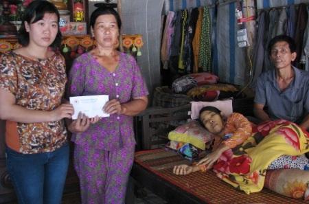 Đại diện Hội Chữ Thập đỏ tỉnh Bạc Liêu gửi hỗ trợ cho em Thúy. (Ảnh: Huỳnh Hải)