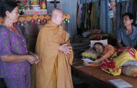 Sư Thích Giác Tạng thăm hỏi bệnh tình của em Thúy.