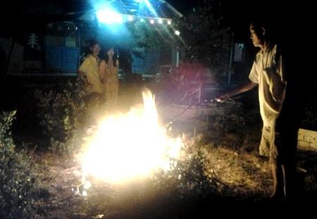 Người dân đốt rác ngay trong thời khắc giao thừa đón năm mới 2014.