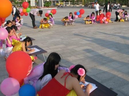 Đông đảo học sinh tham gia thi viết chữ đẹp nhân ngày Thơ Việt Nam.