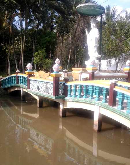 Lễ đài Quan Âm được dựng ngay trên một cái ao.