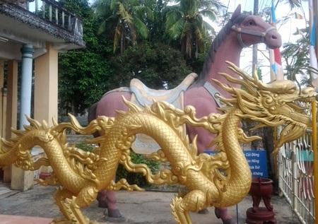 Bức tượng ngựa Xích Thố nằm ngay vị trí trước mặt chùa cùng với nhiều tượng linh vật khác.