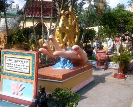 ...cùng nằm trong lễ đài Vườn Lâm Tỳ Ni.