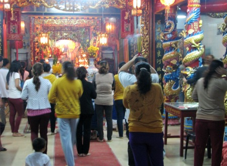 Đông đảo người dân đi thắp nhang cầu an tại chùa.