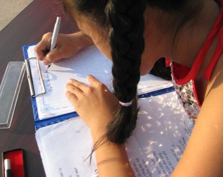 Một bài thơ đã được đánh máy sẵn, các em sẽ viết tay bài thơ vào giấy trắng.