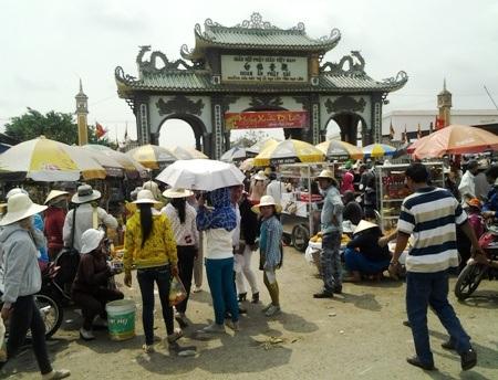 Trước cổng vào Phật Đài bát nháo như một cái chợ...