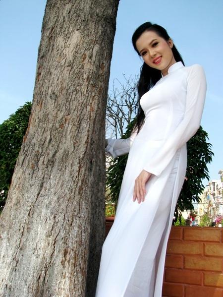 Trắng tinh khôi trên bến Ninh Kiều...