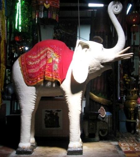 ...nơi có hàng ngàn hiện vật như tượng Phật, linh thú làm bằng đất sét rất đặc sắc.