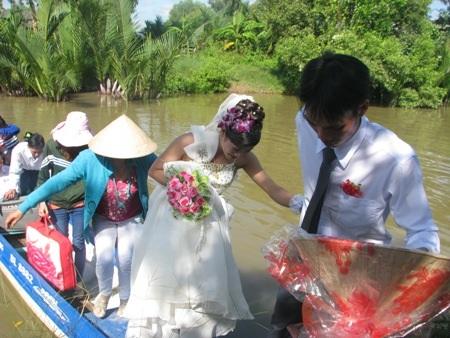 Võ lãi cặp bến nhà trai, chú rễ cũng cẩn thận từng bước một để đưa cô dâu an toàn lên bờ.