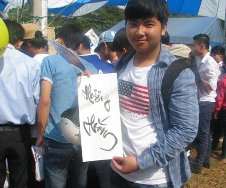 Một học sinh khoe chữ xin được từ các ông đồ trong ngày hội.