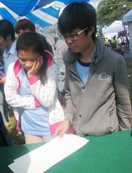 Trong khi nhiều học sinh khác cầm sẵn giấy để chờ xin chữ.