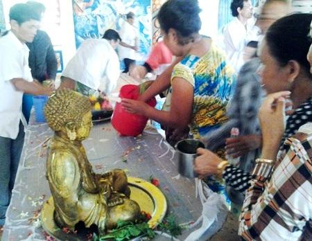 Người dân cùng tắm Phật bằng nước hoa thơm.
