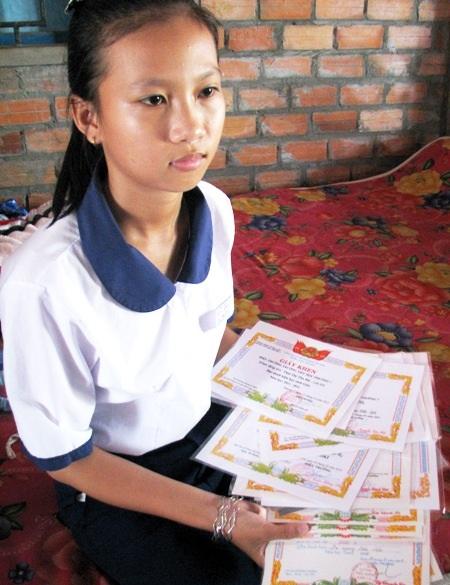 Thu Hà với những tấm giấy khen học sinh giỏi trong nhiều năm học qua.