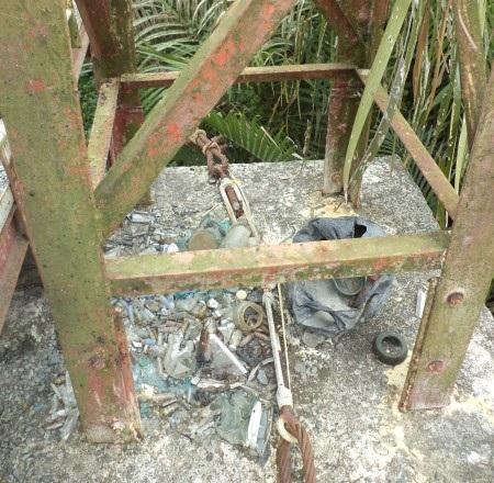 Trụ cầu thành nơi chứa rác thải.