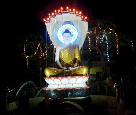 Tượng Phật được trang trí rực rỡ đón Tết.
