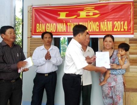 Đại diện UBND xã Châu Thới trao quyết định bàn giao nhà cho chị Nhi.