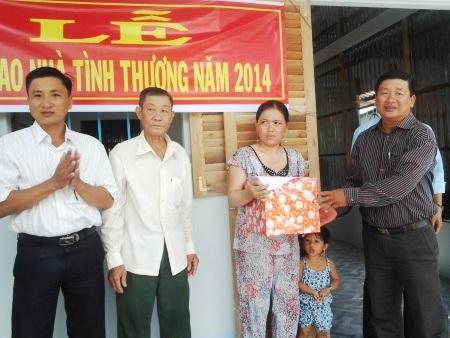 Đại diện Hội Chữ Thập đỏ tỉnh tặng quà của bạn đọc báo Dân trí cho gia đình.