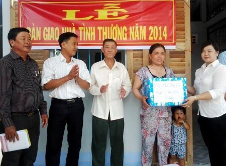 Hội Chữ Thập đỏ tặng quà cho gia đình. (Ảnh: Huỳnh Hải)