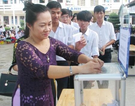 """Thầy trò Trường THPT Giá Rai cùng """"Tiếp sức ngư dân bám biển"""""""