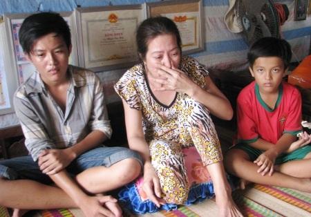 Để cứu giúp em Hòa và Thuận đến trường, giờ chỉ còn mong chờ vào các nhà hảo tâm. (Ảnh: Huỳnh Hải)