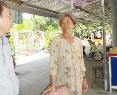 Bà Nguyễn Thị Trừ cho rằng đất của bà nên bà lấy lại.