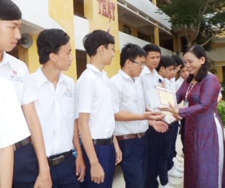 Nhà trường trao phần thưởng đến học sinh giỏi.