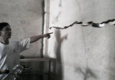 Người nhà bà Rảnh chỉ vết nứt xuất hiện trên tường nhà sau khi ông Đông xây dựng nhà.