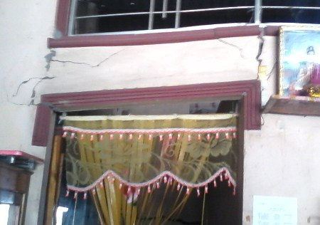 Rất nhiều vết nứt của nhà các hộ dân bị ảnh hưởng từ việc xây nhà của ông Đông.