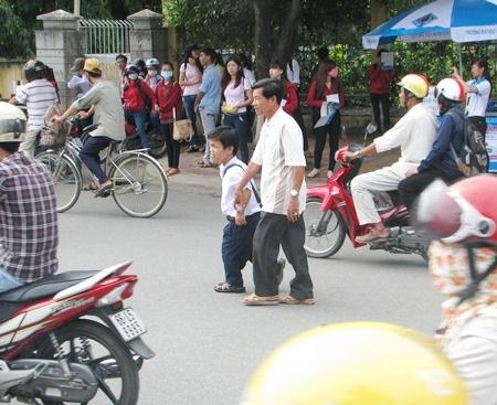 Phạm Vủ Nhân được cha dắt tay đi thi trong đợt thi đại học vừa qua.