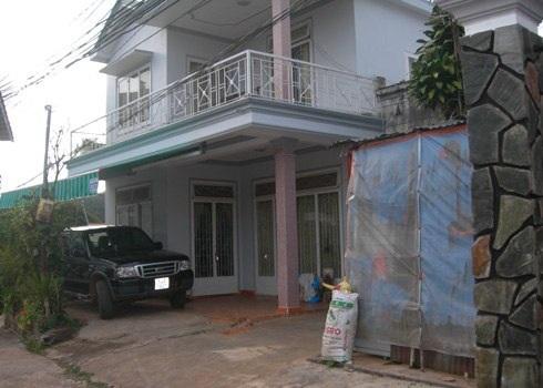 Một nửa nông dân trồng hoa ở làng Vạn Thành có ôtô trong nhà