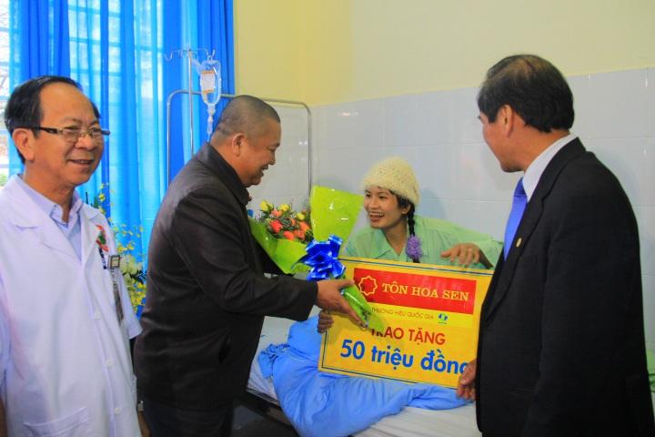 Niềm vui của các công nhân khi nhận được đóa hoa chúc mừng và món quà của Tập đoàn Hoa Sen
