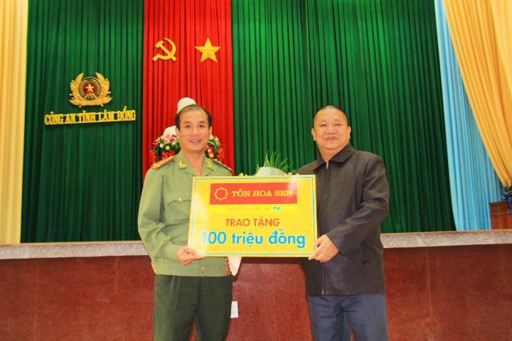 Đại diện Công an tỉnh Lâm Đồng tiếp nhận món quà mà ông Lê Phước Vũ trao tặng