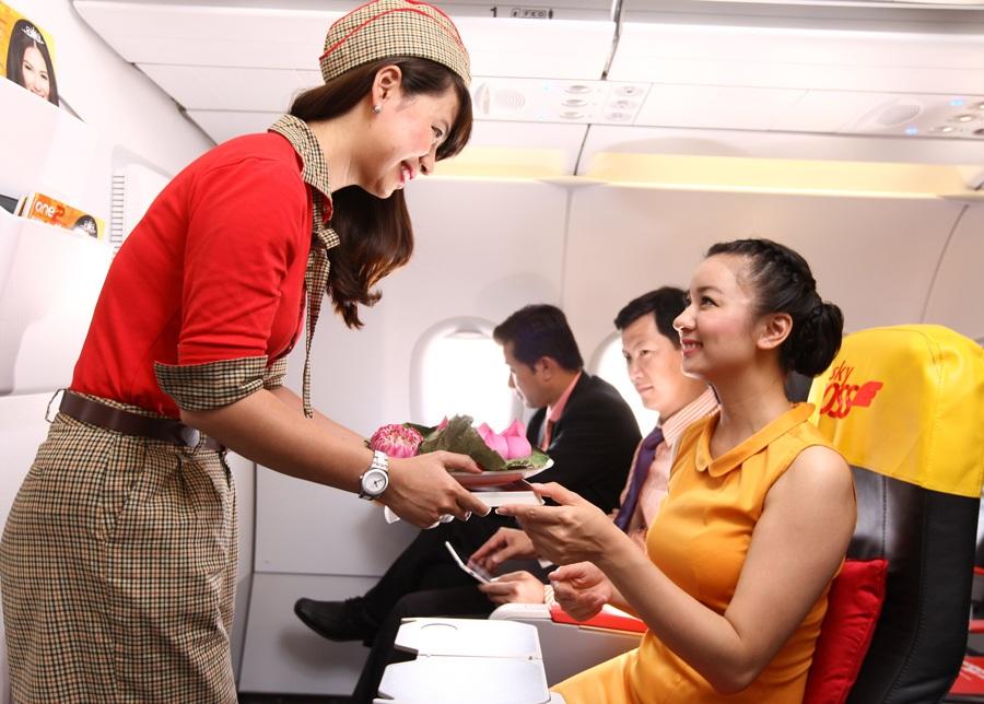 Khách hàng được phục vụ trên một chuyến bay của Vietjet
