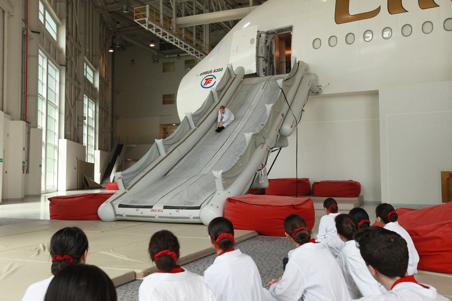 """Mục sở thị """"lò luyện"""" tiếp viên của hãng hàng không dát vàng Emirates"""