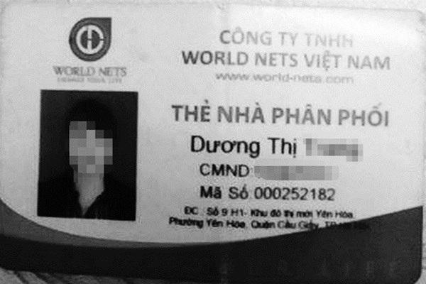 Nguyễn Thị Hoài đang làm thêm ở quán bi-a lấy tiền trả nợ cho tiệm cầm đồ. Ảnh: Quang Lộc.