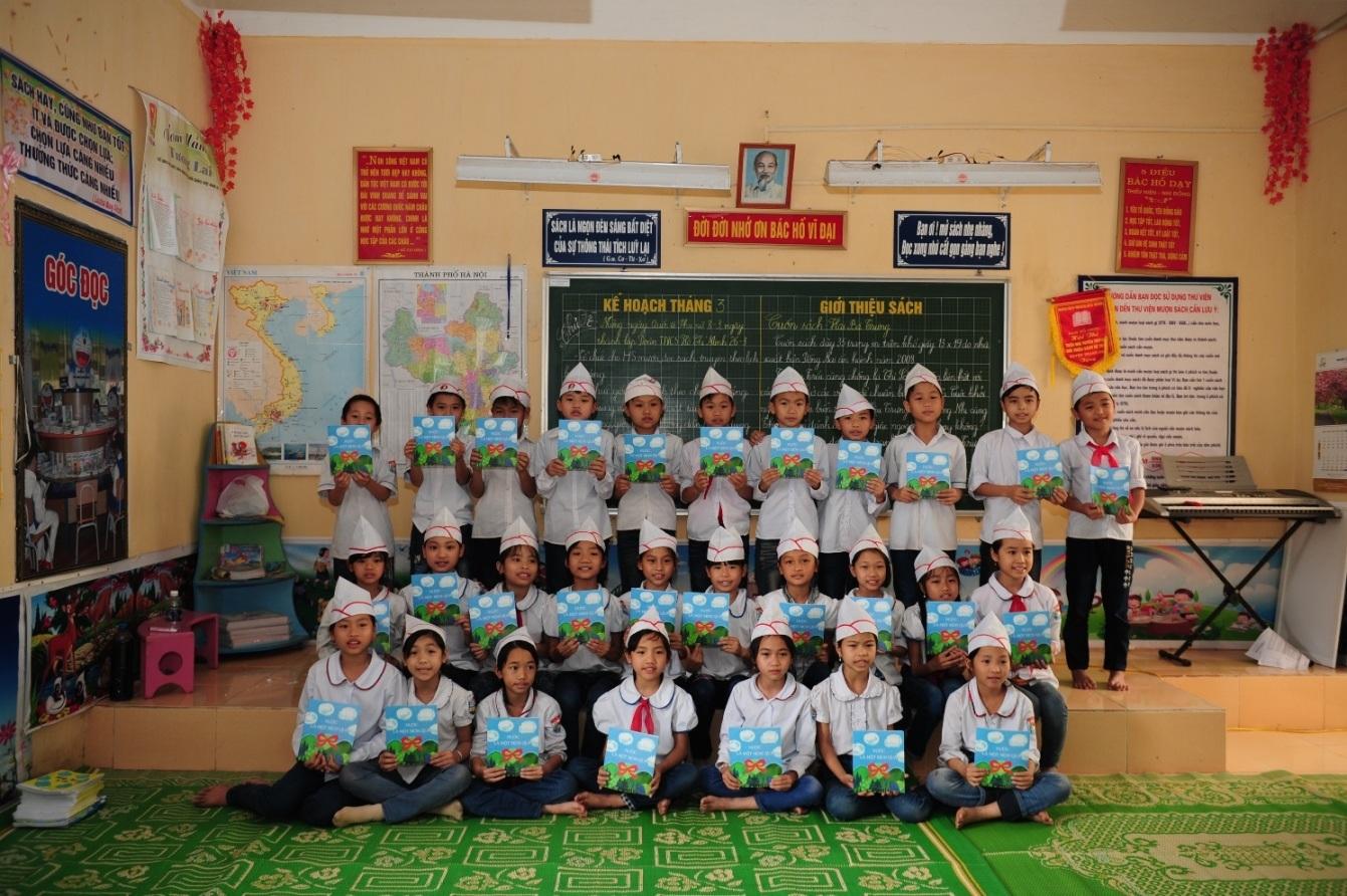 Các em học sinh thích thú với các tài liệu sinh động và bổ ích về chủ đề nước