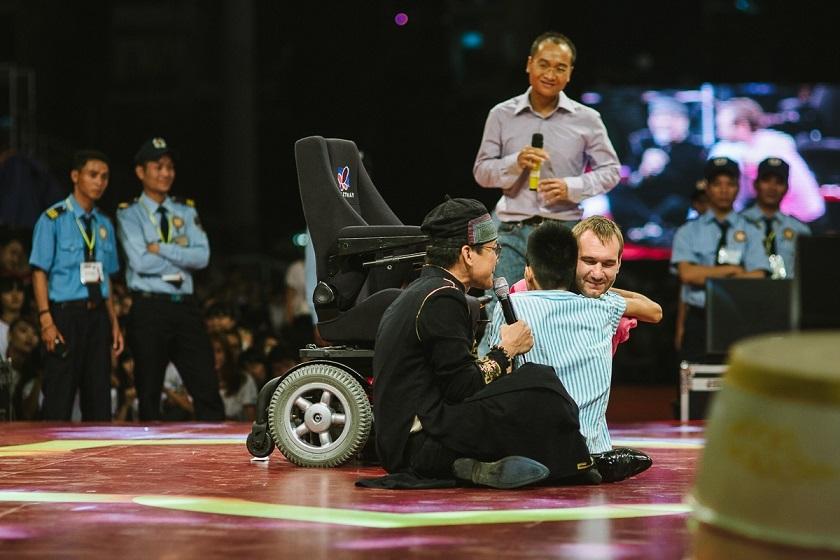 Một hình ảnh cảm động giữa Nick và một người khuyết tật