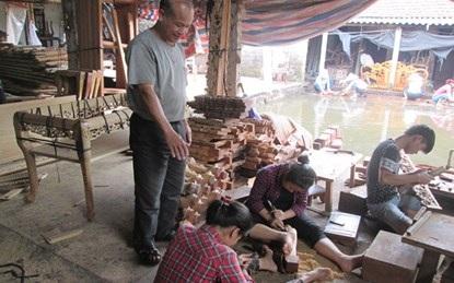 Ông Phạm Văn Lai hướng dẫn công nhân làm việc.
