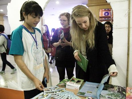 Các hoạt động trong Ngày hội Việt Nam thu hút sự quan tâm, tìm hiểu của các bạn trẻ nước ngoài.