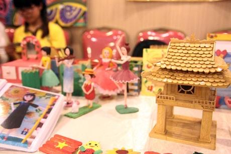 Mô hình Khuê Văn Các được làm từ gỗ thủ công được trưng bày trên gian hàng văn hóa