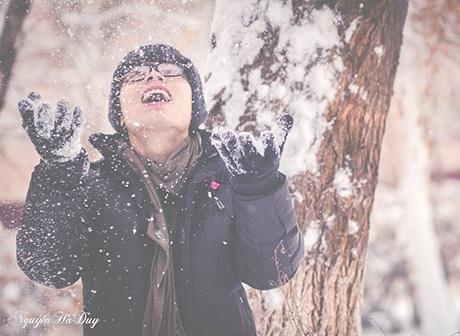 Chàng du học sinh Việt - Nguyễn Hà Duy thích thú nghịch những bông tuyết đầu đông