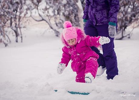 Chúng lăn tuyết thành những viên tròn, chơi trò ném tuyết hay nặn thành nhiều hình thù đáng yêu