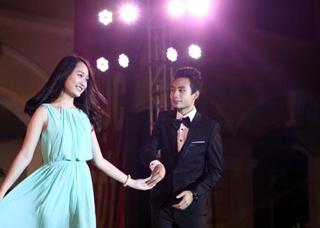 Thu Hà và Hoàng Thái phối hợp ăn ý trong phần thi catwalk với trang phục dạ hội