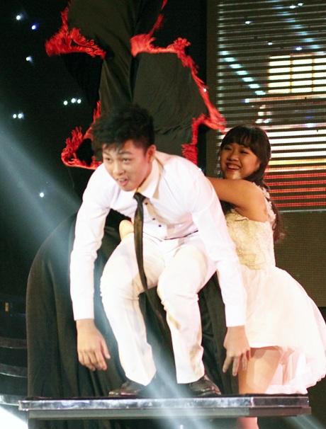 """Cô gái Thẩm Quyên vào vai phù thủy, """"hóa phép"""" ra bạn diễn Nam Khánh trong phần thi tài năng"""