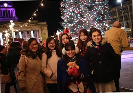 Các bạn du học sinh thích thú dạo phố đón Noel.
