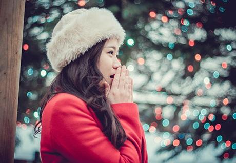 Các bạn nữ diện đồ xinh xắn thực hiện những bộ ảnh Giáng sinh