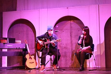 """Hoàng Anh (bên phải) và Bảo Ngọc (bên trái) với bài hát """"Xe đạp""""."""